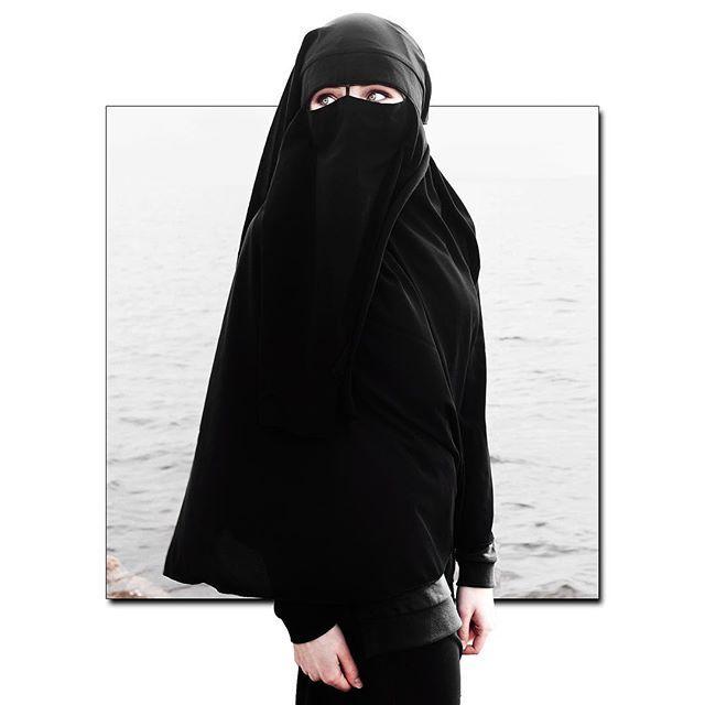 Archive shot | May 🌸 2017  Прошло два месяца с этой фотосъёмки, а я до сих пор помню, как люди оглядывались, видя девушку в никабе 😅  Photo: @andresivtsov  Follow my second profile: @andresivtsov_diary  #andresivtsov  #hijab #hijaber #hijabfashion #hijablook #hijabrussia #hijabista #hijabstyle #muslim #islam #islamic #saintpetersburg #niqab #niqabstyle #niqabista #санктпетербург #хиджаб #ислам #никаб