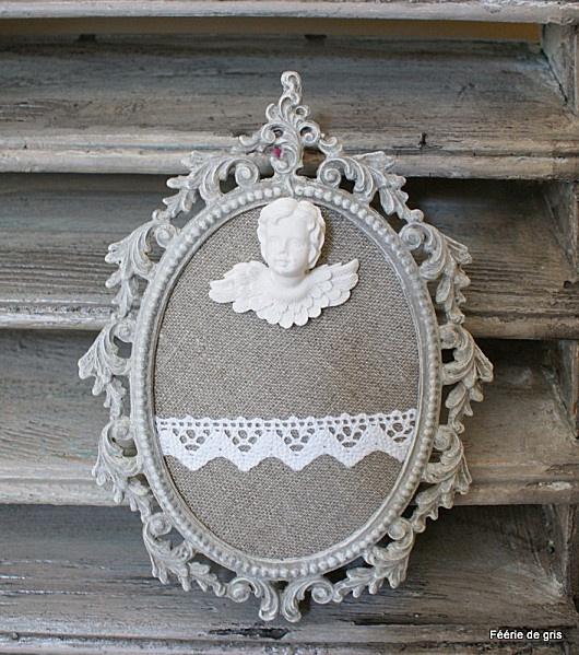 cadre en régule patiné taupe blanchi    fond lin dentelle pour y glisser une photo    petit ange en plâtre