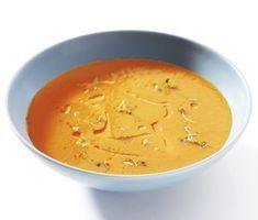 Denna rostade paprikasoppa är suveränt god och värmer bra på kalla vinterdagar. Du steker paprikan i ugnen för att lättare få av skalet. Vitlök, rödlök och tomater är några av de kompletterande ingredienserna som gör soppan så god.