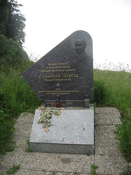 Herdenkingsplaat ter ere van Alexander Dubcek nabij de plaats waar hij overleed, aan de D1 snelweg in Tsjechië. Hij stierf in een auto-ongeluk, zijn dienstauto (een BMW) begon te slippen tijdens een zware regenbui. Dubcek had zijn gordel niet aan en vloog uit de auto wanneer het in een gracht belandde. Hij overleed na een kleine week, op 7 november 1992, aan zijn verwondingen.