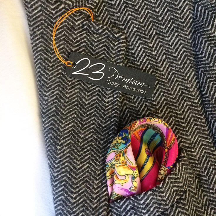 #Ref81PP #RBNeónPinkBlueCircusDesign # #Pañuelo #Pocket de textura lisa • Material 100% Seda Natural •  • Medidas 53x54cm de ancho • Precio $55.000  pedidos en Bogotá y todo el país WhatsApp +573108746187 Móvil +573133183951