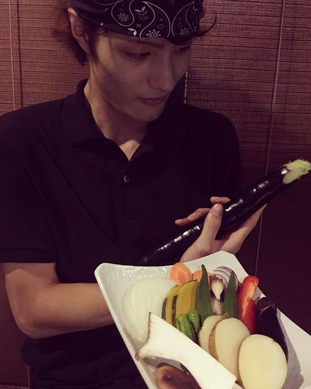 ひろしの茄子はロング🍆✨ おまかせ焼野菜盛りは時々によって 旬の野菜を取り入れてます👌 これから秋の野菜にシフトしていきますよ〜🍠🎃 それでは元気に 本日もお待ちしてます😌♪ 鴨を丸々仕入れたので 鴨パーティ🦆🍾 新鮮なためすごくプリプリ 鴨がひでくらに復活します🌈  #wagyu #food #foodstagram #insafood #instagood #photo #delicious #Michelin #noto #followme #kanazawa #japan #steak #yakiniku #hidekura #ひでくら #焼肉 #肉 #和牛 #能登牛 #能登 #和倉温泉 #金沢 #北陸