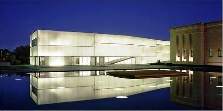 """Bloch - budynek zaprojektowany przez Stevena Holl'a stanowi nowe powierzchnie wystawowe w Nelson-Atkins Museum of Art w Kansas City. Większa część Bloch Building znajduje się pod ziemią, wzdłuż wschodniego boku starego korpusu muzeum. Nad ziemią wystaje pięć 25 metrowych, wolnostojących, przeszklonych pawilonów przypominających """"soczewki wtopione w krajobraz"""". Więcej na: http://sztuka-architektury.pl/index.php?ID_PAGE=3662"""