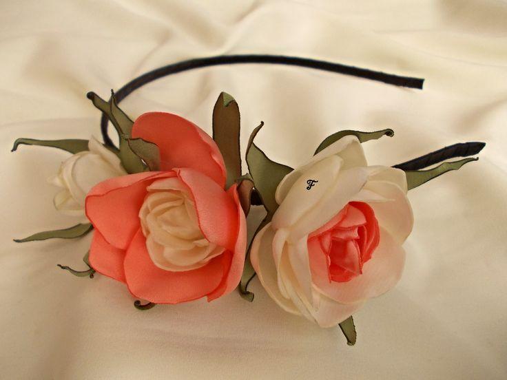 Ободок с тремя розами кораллового и молочного цвета. Ткань - сатин. #flos #цветы #аксессуары #украшения #для_волос #ободок #с_цветами #роза #бутонная_роза #из_ткани #ручной_работы #handmade