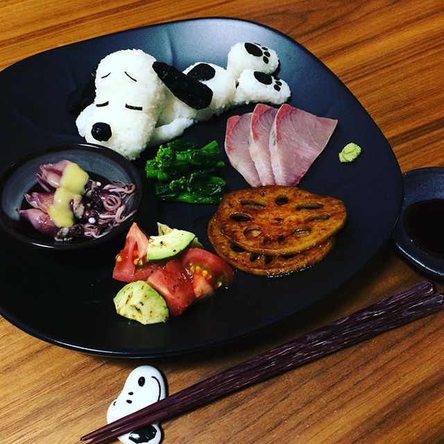 WEBSTA @ rikoogawara - まだ幼稚園のお弁当は始まらないけどたまに#スヌーピー 作っておかないと感覚を忘れてしまうので、今日の#夜ごはん は#スヌーピープレート にしてみました🐶🐾お友達に買い物に連れて行ってもらって、菜の花とレンコンとトマトと蛍イカとはまち、全部大好きだから全部食べたくて全て調理😋菜の花の辛子和え美味しい〜😆春は美味しいものいっぱい😍#snoopy #peanut #peanuts #beagle #beagles #beagledog #beaglelove #ビーグル #ビーグル犬 #いぬ #犬 #dog #dogs #dogstagram #cooking #クッキングラム #おうちごはん #dinner #homemade #food #rice #yummy #spring#晩ごはん#ruhru春のおうちごはんコンテスト#眠い