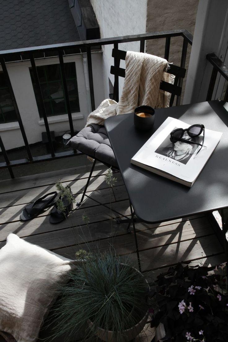 Schwarz-Weiß kann auch eine gewisse Ruhe ausstrahlen, wie wir finden. Der Balkon lädt auf jeden Fall zum Entspannen ein.
