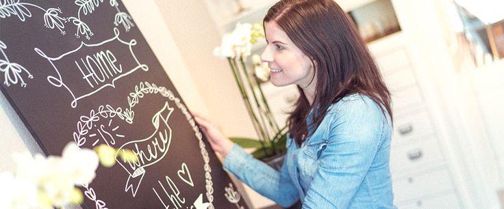 Met Edding permanent spray maak je gemakkelijk een krijtbord. Schrijf er een mooie tekst op met de krijtmarker en je bord met eigen handlettering is klaar!