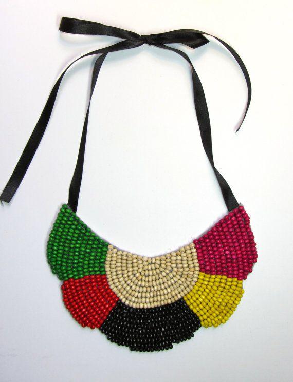 Collar babero blanco negro verde rojo amarillo y by MagiayEfecto, €19.00