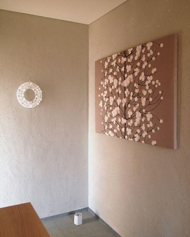 玄関をギャラリーに アートや雑貨を飾ってお客さまをおもてなし