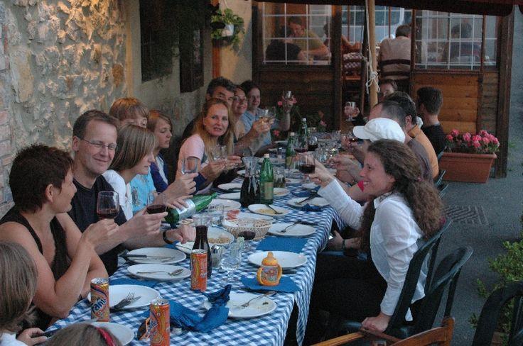 Pranzo in compagnia !! #pranzo #gruppo #compagnia #tavolata #sorrisi #mangiare #cibo #food #benessere #starbene #relax #cucina #tradizione #toscana #wine #vino #brunello