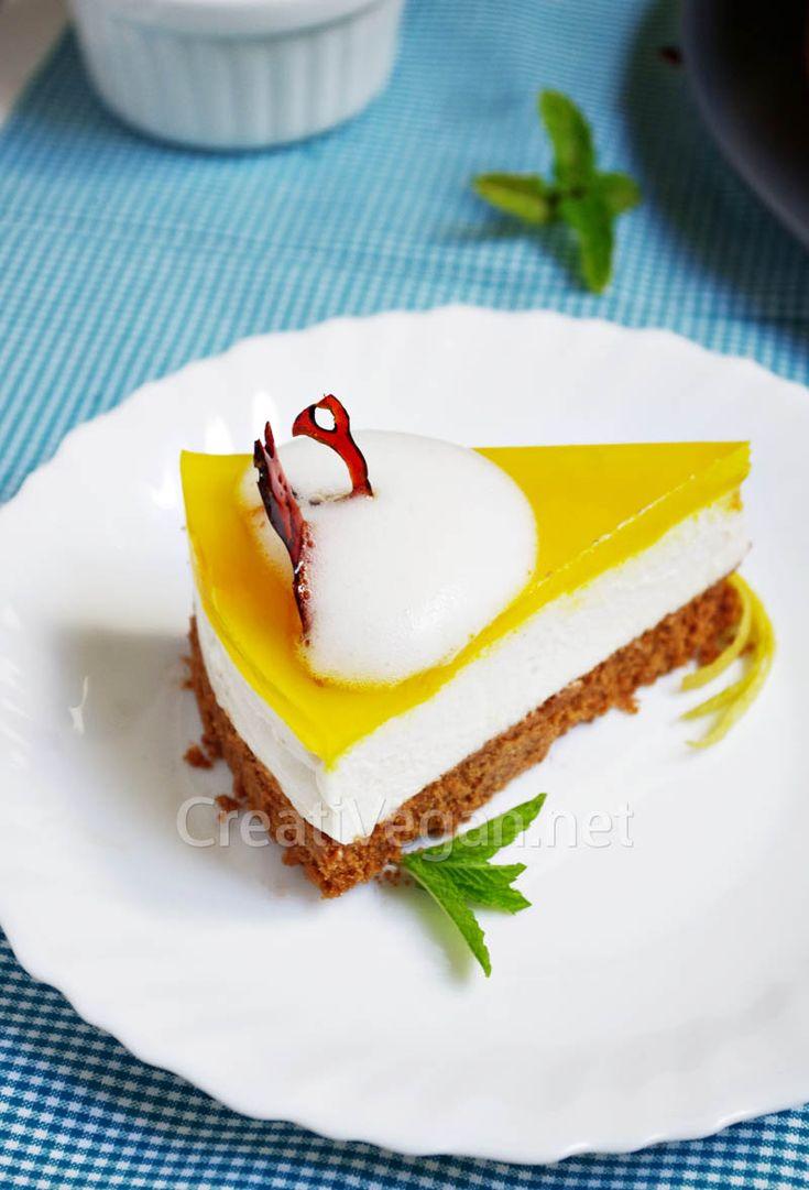 Cómo hacer esta espectacular tarta de queso 100% vegetal a base de yogur de soja, anacardos, merengue de lino, limones y galleta.
