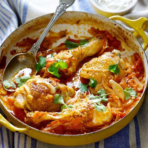 Ziet 'ie er niet zalig uit? Deze simpele curry is extra lekker door de gemarineerde kip. De tomaat maakt het gerecht lekker zoet. Geef er rijst bij. 1 Doe gember, chilipeper en knoflook in een vijzel, stamp goed. Laat de drumsticks hierin 2 uur...