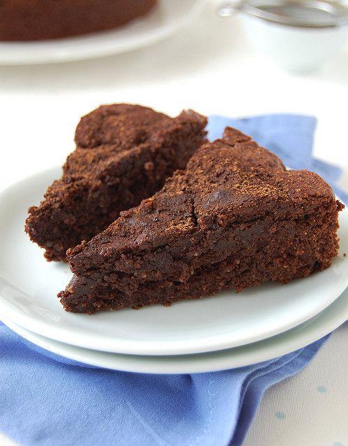 Crowd-pleasing chocolate cake / Bolo de chocolate para agradar multidões by Patricia Scarpin, via Flickr