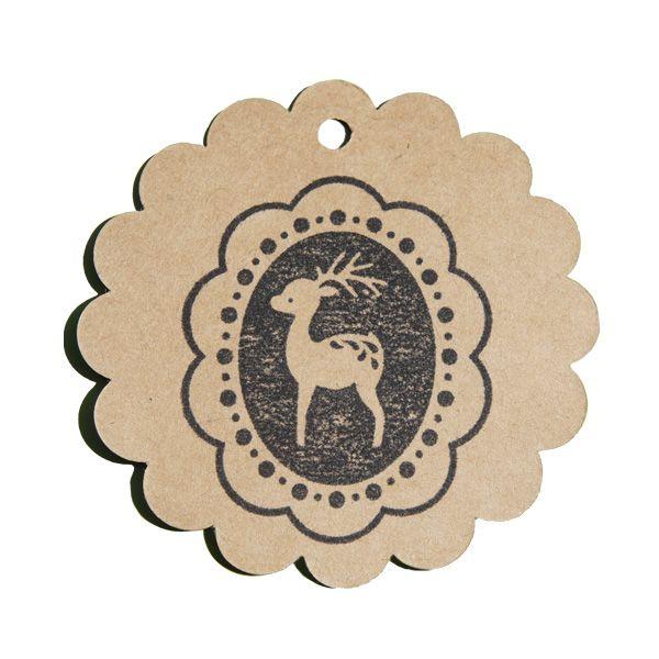 Tampon en bois renne dans son médaillon sur une étiquette kraft rosace