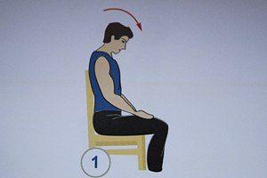 Вначале следует разогреть шею. ✔Упражнения выполняются сидя, спина плотно прижата к спинке стула. Выполняйте упражнения медленно, с максимально возможной амплитудой движений. Резкой боли быть не должно! Фиксируйте голову в указанном положении на 2-3 секунды, затем возвращайтесь в исходное положение. Каждое упражнение повторите 3-4 раза.  1-е упражнение  Наклоняйте голову вперед, стараясь положить подбородок на грудь. Следите за тем, чтобы спина оставалась прижатой к спинке стула. 2-е…
