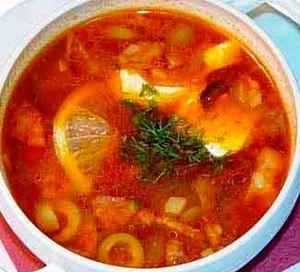 Солянка мясная «Домашняя». Для приготовления этого популярного и вкусного супа, необходимо использовать несколько видов мяса (свинину, курицу, копчености, сосиски, субпродукты). Из пряностей использовать сельдерей, укроп, корень петрушки.  http://siteculinary.ru/news/2013-06-05-229
