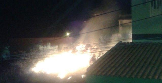 Jacobina - Fogo em terreno baldio ameaça casas no bairro Vila Feliz