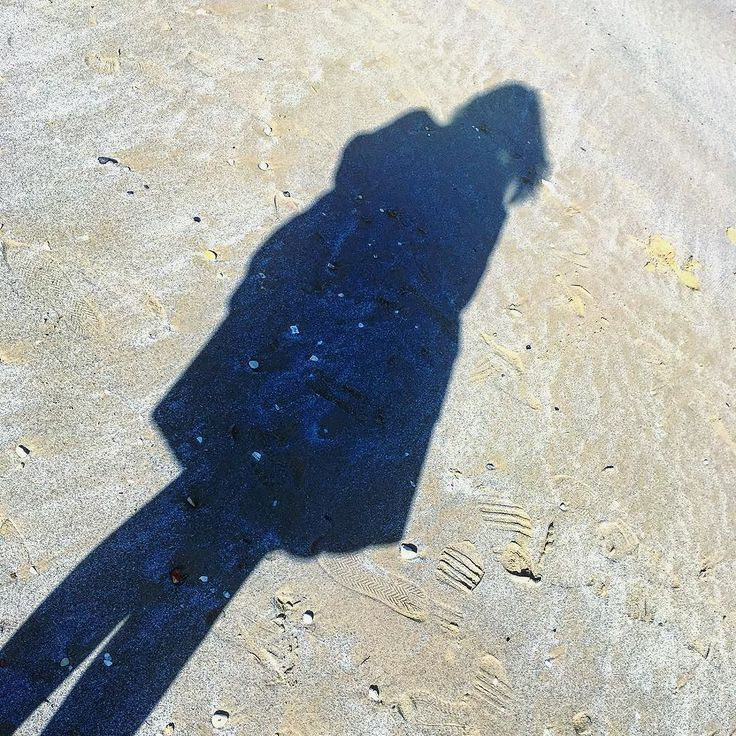 A volte vorrei interrogare la mia ombra. #ombra #dark #shadows #shadows #shadowselfie #spiaggia #sun #instamood