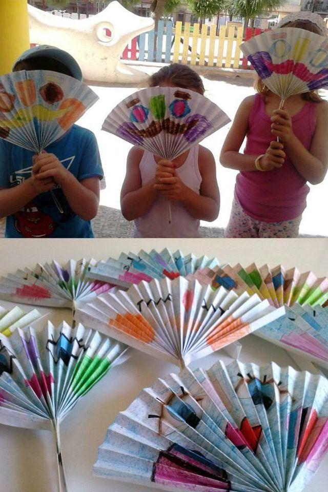 Abanicos para el verano realizados con folios doblados y pintados con colores.