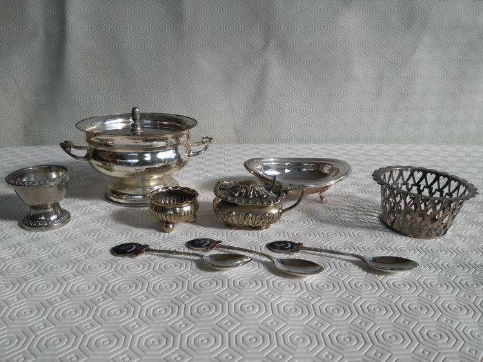 Grote partij van 9 geassorteerde stukken gemaakt van Engels zilveren d.d. 1900  Grote partij van 9 geassorteerde stukken gemaakt van Engels zilveren d.d. 1900 bestaande uit:-3 thee lepels Bowling vereniging Kent - E.P.N.S-Suikerpot gemarkeerd RICHARD RICHARDSON E.P. 90 x 50 x 40 mm-Kom met drie ronde voeten afmetingen hoogte 30 mm diameter 50 mm.-Kom met 4 Leeuw paws afmeting 12x9xh4 cm-Kom met deksel afmetingen diameter 12 cm hoogte 8 cm met tekenen van slijtage er is een streep op de…