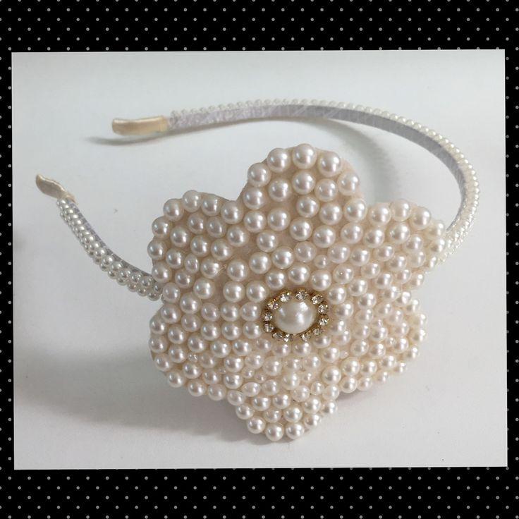 Lindo arco com flor em pérolas. Arco com armação de metal coberto com perolas. Ideal para se usar em casamentos, festas e onde mais sua princesa quiser arrasar.