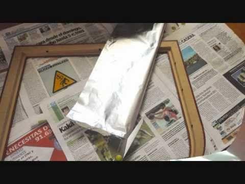 Decorar un marco con papel de aluminio, pintura y alcohol.