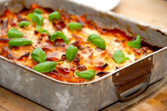 Opskrift på en saftig og lækker lasagnette, der er langt bedre end den velkendte fra Knorr. Lasagnetten laves med kødsovs og bechamelsovs. Til en lækker lasagnette til fire personer skal du bruge: …