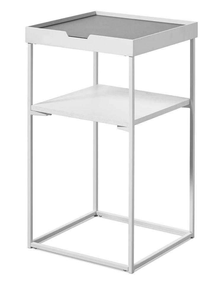 Ett sidobord med nätt och luftig design, ger även det mindre rummet rymd och djup. Leon är, trots sitt nätta utseende, ett tungt och rejält sidobord som har många fina detaljer. I en exklusiv blandning av material med fibercement och metall blir Leon en intressant detalj i ditt hem. Ett sidobord är lättplacerat och passar lika bra bredvid soffan som till sängen i sovrummet, eller varför inte som ett mindre bord i hallen för att lägga post och annat på när du kommer hem?