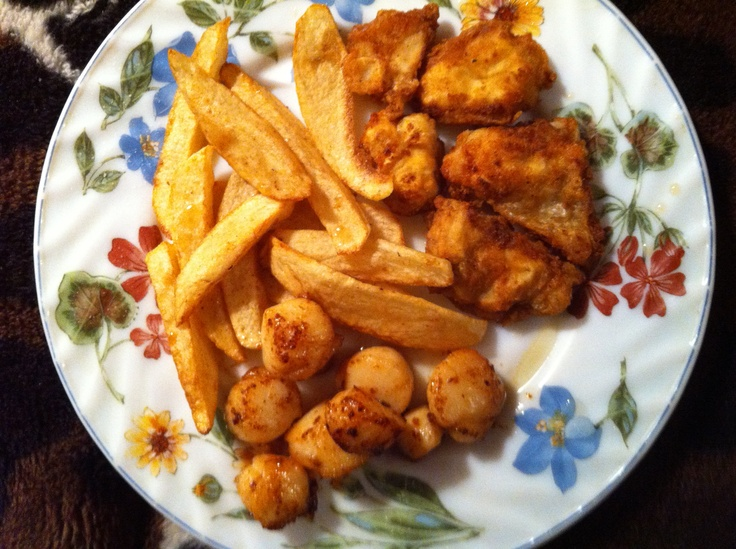 Homemade fries with scallops and cod tongues (Upper right).