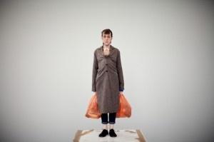 De tão hiper-realistas, as esculturas do australiano Ron Mueck poderiam se passar por corpos de carne e osso, não fosse por um detalhe: suas dimensões surreais. O artista, radicado há anos na Inglaterra, mais uma vez surpreende público e crítica em uma ...