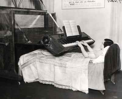 Piano per malati a letto (Regno Unito, 1935). Un pianoforte progettato appositamente per persone confinate a letto.