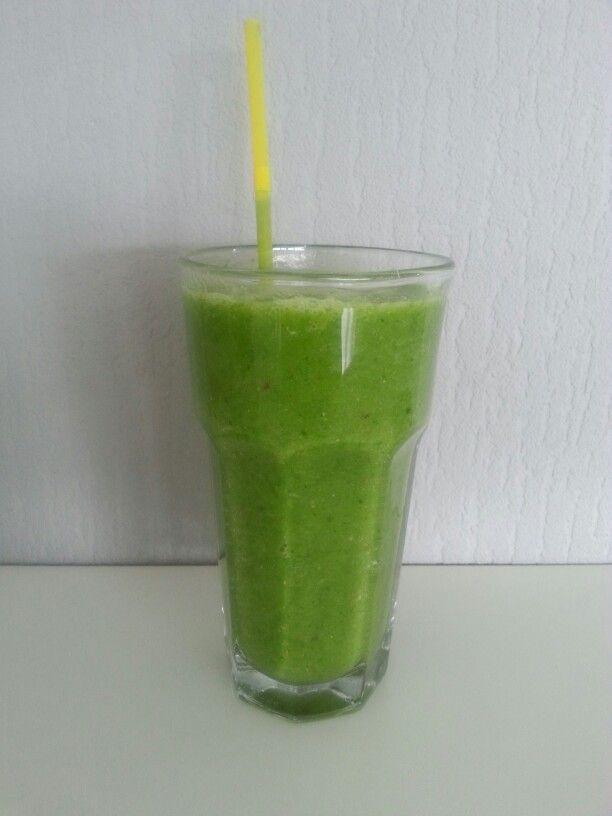 Groene smoothie: Spinazie, komkommer, avocado, peer, appel en water.