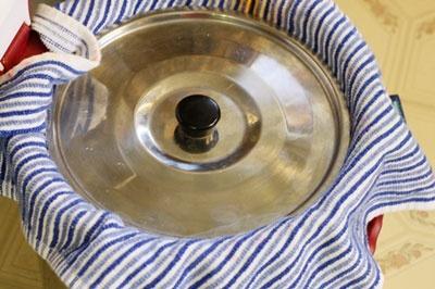 Bước 8 làm tào phớ:  - Dùng một khăn mỏng phủ kín lên thành nồi, dùng nắp nồi đậy kín, để khoảng 30 phút cho tào phớ đông lại.  http://daynauan.net/cach-lam-tao-pho-ngon-ma-yen-tam/