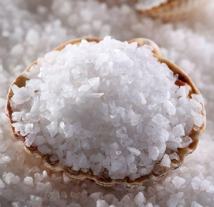 Можно добавить в соляную маску 3-4 капли эфирного масла (например, пихты, мандарина, розмарина, грейпфрута, чайного дерева, иланг-иланга), они сделают состав еще более полезным и придадут приятный аромат. Можно добавить яичный желток или мед. После соляного скраба волосы хорошо впитывают питательные вещества, поэтому после процедуры рекомендуется делать питательные маски.