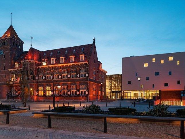 Het gemeentehuis van Zeist bestaat uit een ensemble van gebouwen uit drie verschillende eeuwen. Door de vernieuwbouw is het gemeentehuis qua duurzaamheid en comfort helemaal van de eenentwintigste eeuw.