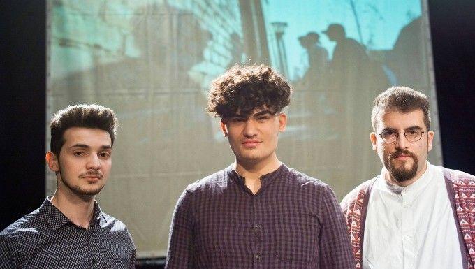 """""""Es gibt Familien, in denen Antisemitismus Teil der Erziehung ist"""": Projektleiter Burak Yilmaz (rechts) mit den Studenten Furkan Kuruderi (links) und Emre Cördük, die 2017 mit nach Auschwitz fuhren, im Theater Bonn"""