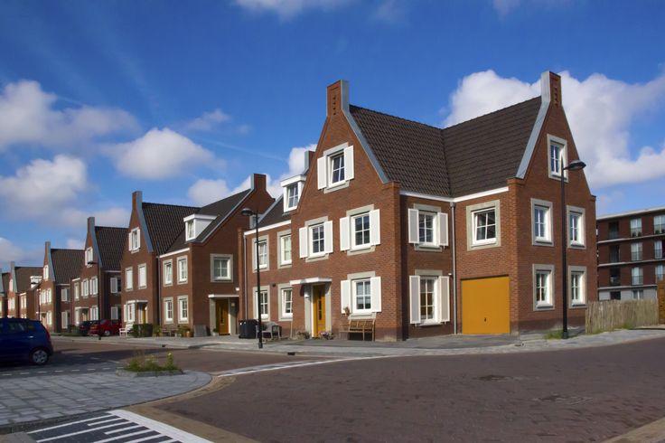 Woningbouw De Hagen Noordwijk  22 eengezinswoningen, 14 twee-onder-een-kap woningen en een vrijstaande woning in 'De Hagen' in de wijk Boechorst te Noordwijk. Kenmerkend voor deze woningen zijn de fraaie gevelstenen, roedeverdeling in de ramen, de klassieke keramische dakpannen en zinken goten.