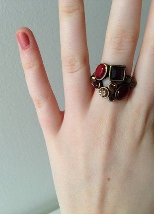 Kupuj mé předměty na #vinted http://www.vinted.cz/doplnky/prsteny/14978836-elegantni-starozlaty-prsten-s-ruznymi-druhy-kamenu-v-cervene-barve
