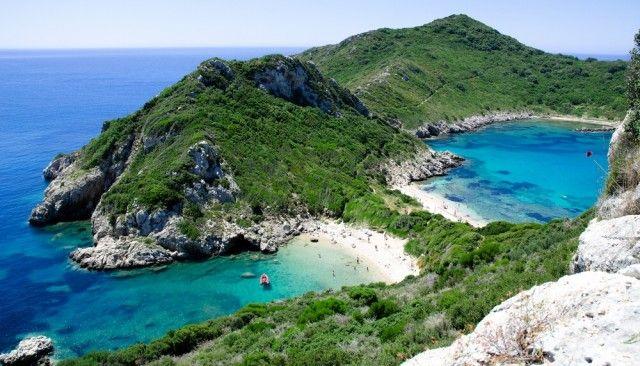 Vi proponiamo di trascorrere una vacanza in Grecia a luglio, sulla splendida e incontaminata isola di Corfù!  Se non ci foste mai stati, dovete sapere che questa splendida isola del Mediterraneo oltre a soddisfare le aspettative degli amanti del mare, è molto apprezzata anche da chi ama fare passeggiate e percorsi di trekking nella natura…