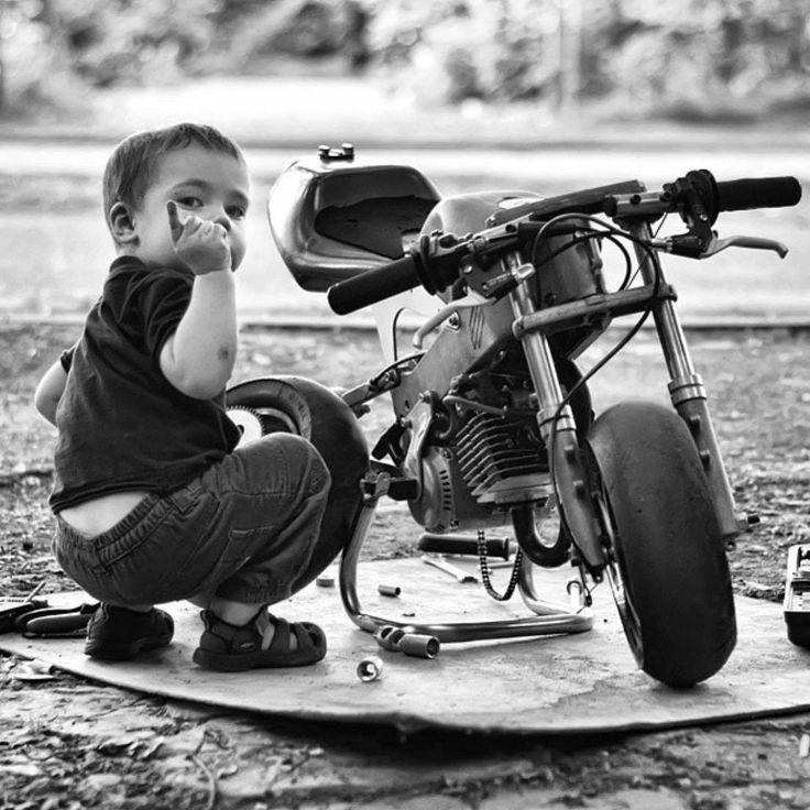 veo un niño con  una moto arreglándola en un paisaje y tiene espíritu de un motociclista y trasmite que le gustan mucho las motos