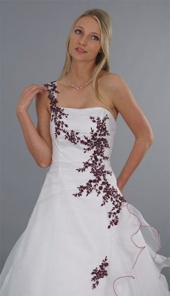 Ausgefallenes weißes Brautkleid in A-Linie mit weißer Schleppe und roten Stickereien. Hochzeit, Hochzeitskleid, Braut