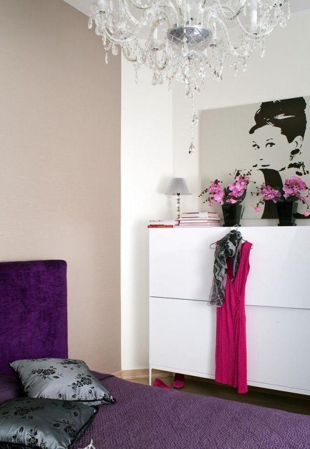 Wandfarbe Schlafzimmer Beigegrau Akzentwand Lila Betthaupt Feminin