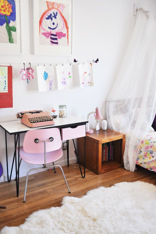 Retro Girl's bedroom - pink typewriter