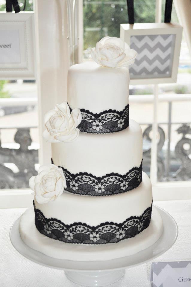 Weddingcake Black lace and roses
