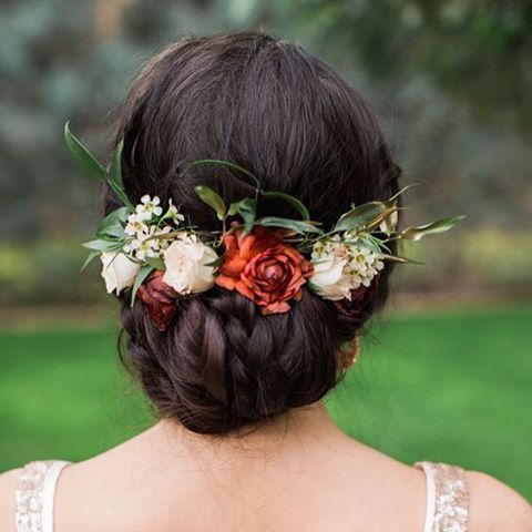 Gelin saçları için birbirinden güzel önerilerimiz var! Çiçeklerle bohem bir görüntü, işlemelerle doğal bir şıklık istersen ilham alman yeterli! ������ #sacsirlari #saç #sacmodelleri #gelinsaçı #sacblogu http://turkrazzi.com/ipost/1521052420329741287/?code=BUb3R4OgJvn