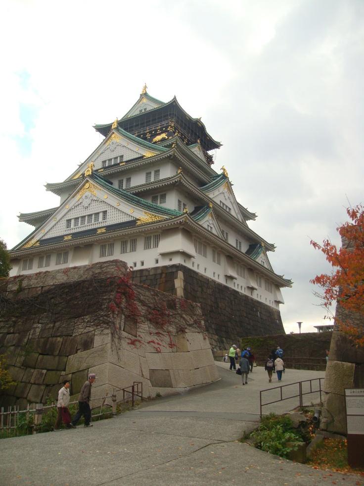 Osaka-Jo atau Osaka Castle adalah salah satu tempat wisata paling terkenal di Jepang dan mempunyai peranan yang sangat penting selama masa unifikasi Jepang pada abad ke-16 (pada periode Azuchi-Momoyama).