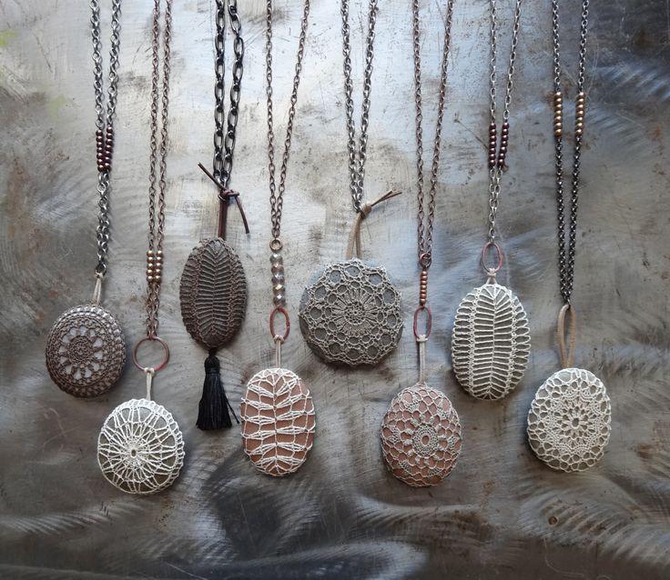 Encaje de ganchillo collar hecho a mano lisa piedra