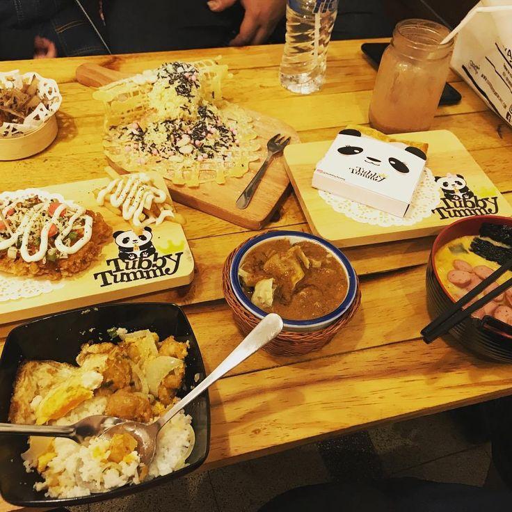 Ke mana Dolaners jajan makanan Korea di Malang? Kalau makanan khas Madura, Dolaners beli di mana? Bagaimana dengan makanan Barat? Nah, kalau waktumu terbatas, dan Dolaners pergi beramai-ramai dengan selera yang berbeda-beda. Bagaimana caranya nih, biar semua orang bisa makan makanan yang diinginkannya, tapi masih ada di satu lokasi saja? Ada kok, tempat makan di Kota Malang yang menyediakan jenis makanan berbeda. Yuk intip ada apa aja di KARMA Eatery Malang.