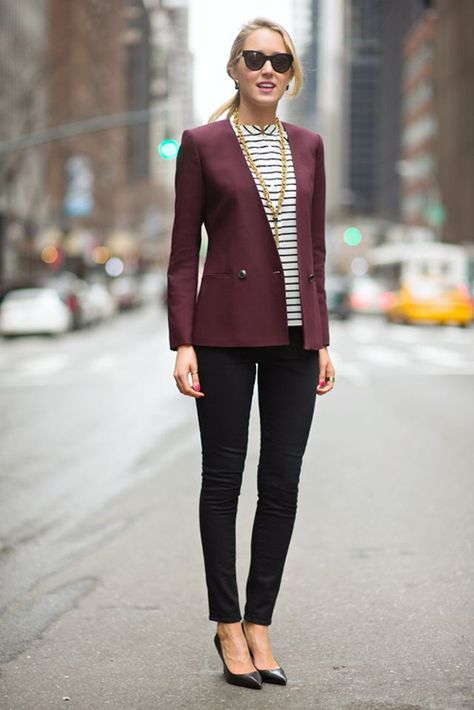 dunkelrotes Sakko, weiße und schwarze horizontal gestreifte Kurzarmbluse, schwarze enge Jeans, schwarze Leder