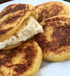 Arepas de Plátano Maduro ✔️Cocinamos 2 plátanos maduros (los metes al microondas con todo y concha por 4 minutos, también lo puedes cocinar en agua). ✔️Luego los aplastas con un tenedor. ✔️Después le agregas harina PAN (harina de maíz pre-cocida). La idea es hacerla de plátano puro, pero en nuestro caso sólo teníamosos 2 plátanos, entonces tenía que rendir esa masa y por eso le colocamos harina de maíz. También puedes usar harina de avena. ✔️Le vas agregando agua y amasando hasta quedar…